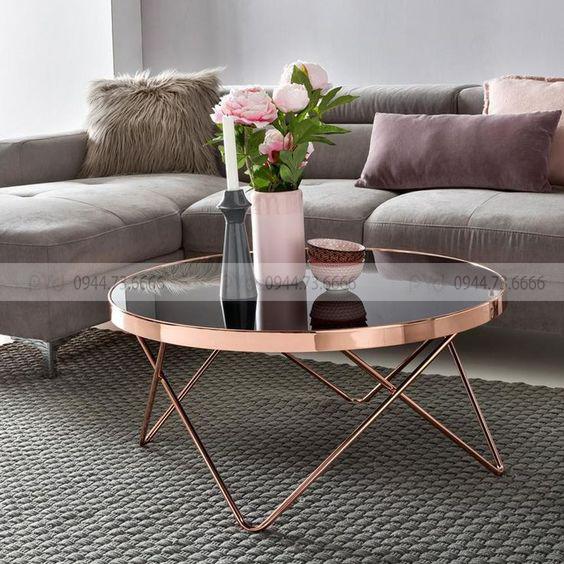 Bàn phong khách sử dụng công nghệ mạ pvd với tông màu hồng đồng nhất với bộ ghế