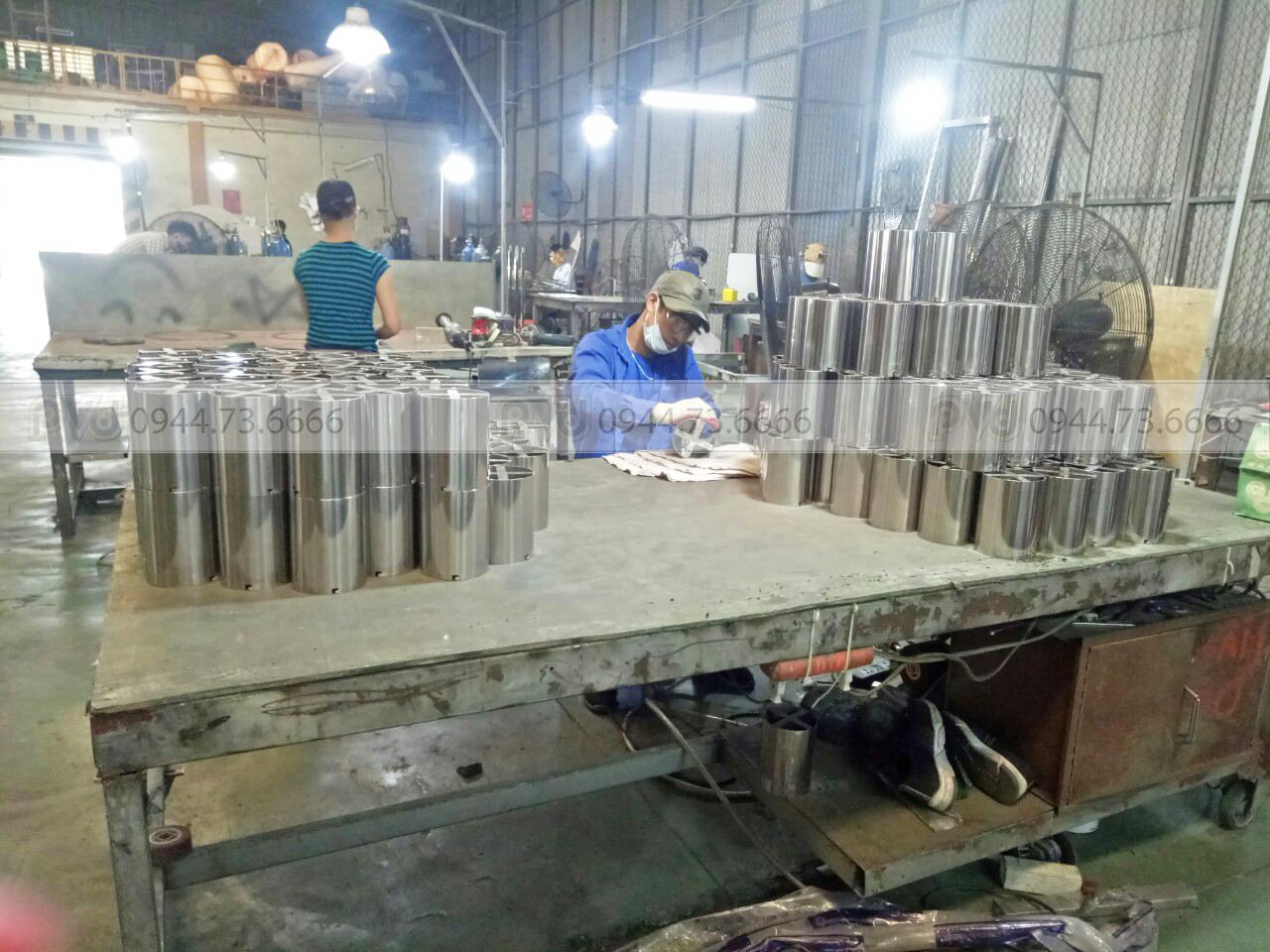 Công nhân sản xuất tiếp nhận và tiến hành sản xuất
